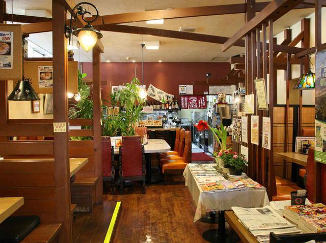 画像: 木の温もりが活きる店内。天井も高く、ゆったり。朝はモーニングなども提供