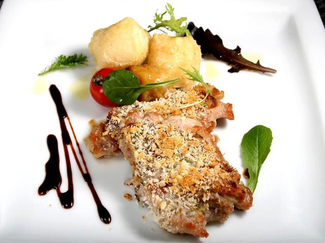画像: 「鶏肉の香草パン粉焼き」 鶏肉は恵那鶏など上質な国産の鶏肉を使用している