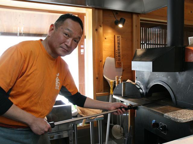 画像: 5代めの泉善七さん自らが厨房に立つ。ピザ釜まで設置するこだわりぶり