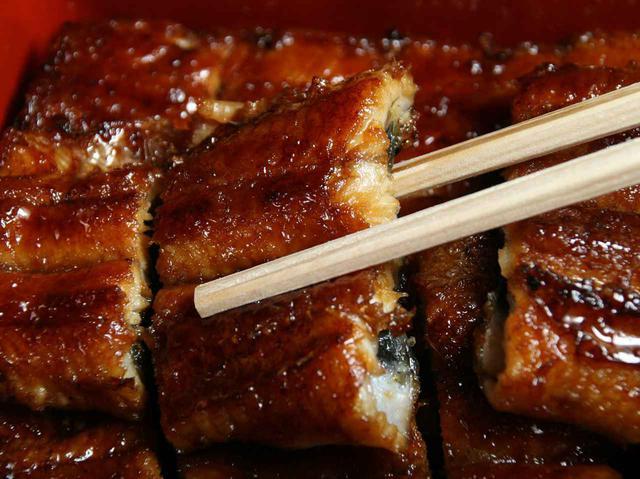 画像: 現在は九州産のうなぎを使用。長焼きは「竹長」~「鶴長」まで量で価格が変わる