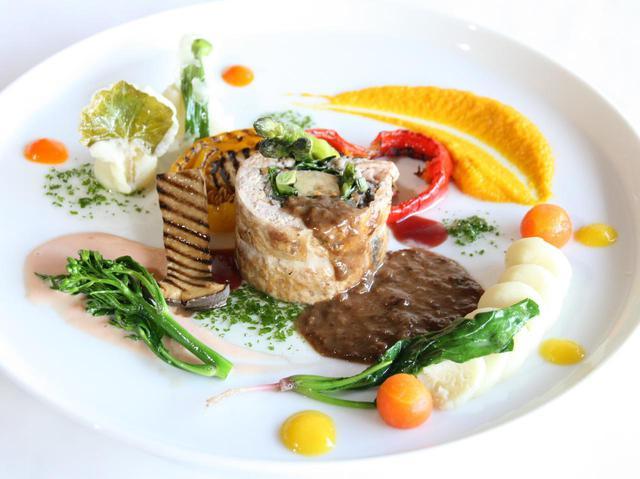 画像: 「鶏にフォアグラに季節野菜」。粗挽き&細挽き鶏もも肉、フォアグラの旨みがソースと絶妙に絡む
