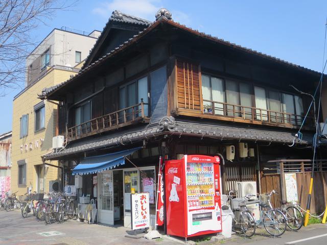 画像: 老舗感ただよう木造の一軒家。となりにパン工場が併設されている