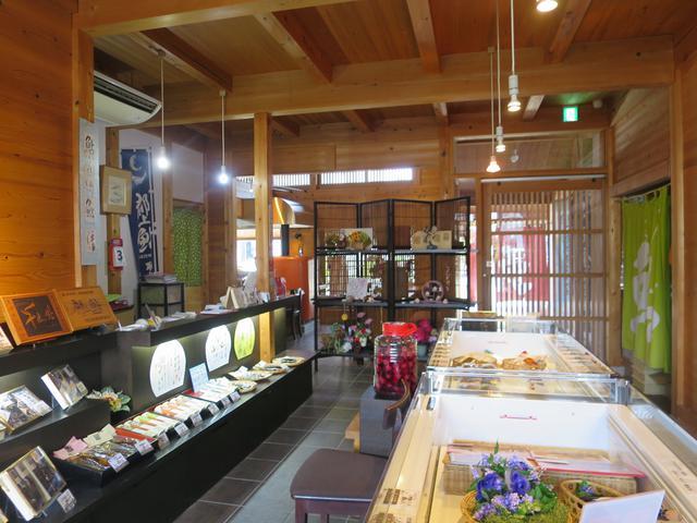 画像: 店内では自社製品である鮎のひらきや鮎加工品が数多く並べられ、販売も