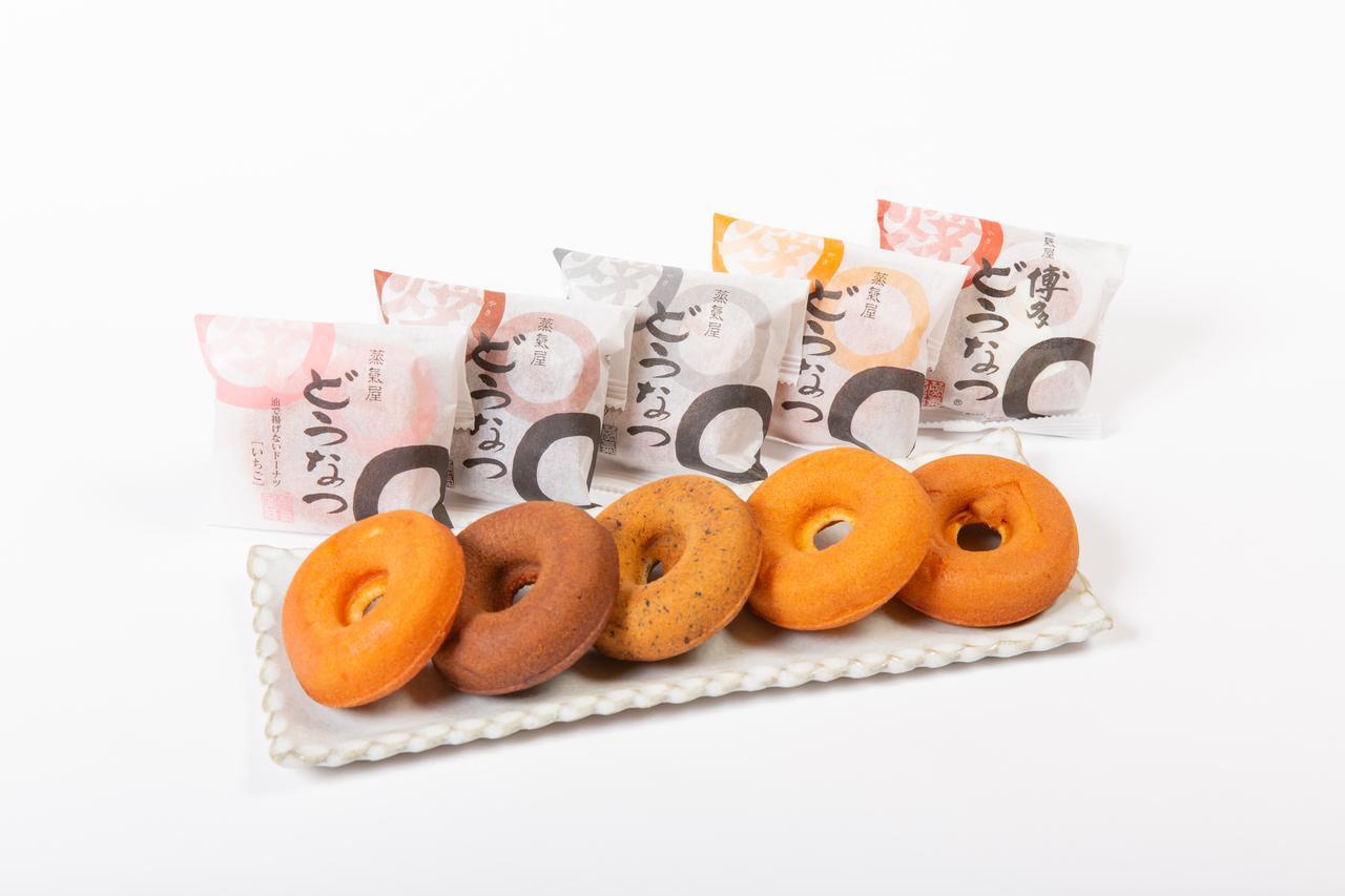 画像: 右からプレーン、焦がしバター、ゴマ、チョコ、イチゴ。各98円(税込)※福岡空港では「プレーン」のみ販売/販売元:博多蒸氣屋