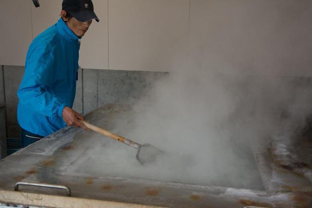 画像2: 月と潮の関係から導かれる貴重な「月の塩」の製造を体験する