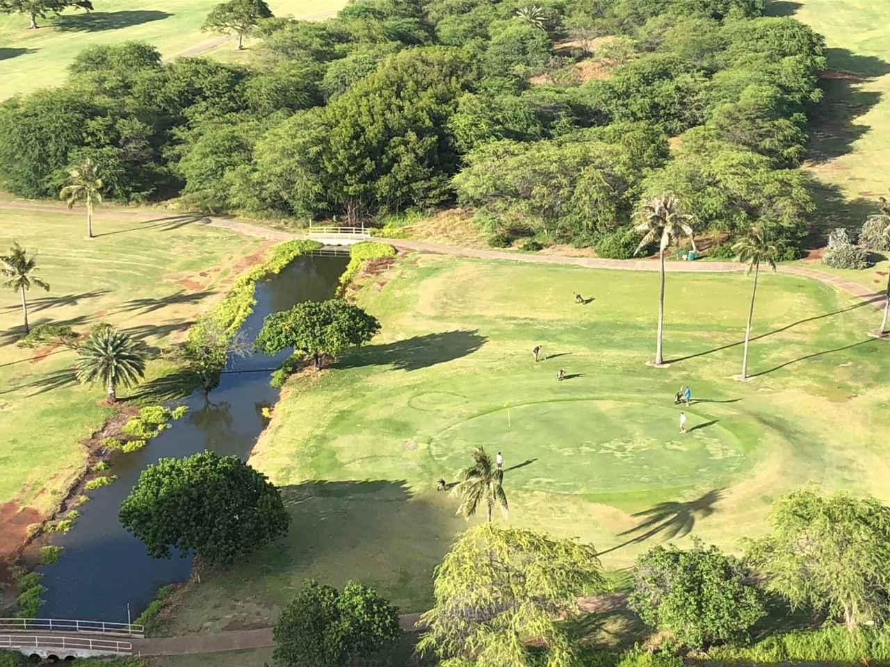 画像: 約1か月半ぶりにオープンしたゴルフ場。プレイヤー間も距離を保っている様子です。