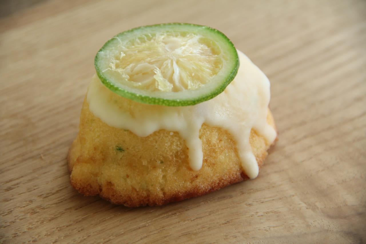 画像: 青いレモンケーキ。お取り寄せでは4個入り1,058円(税込)~販売されています