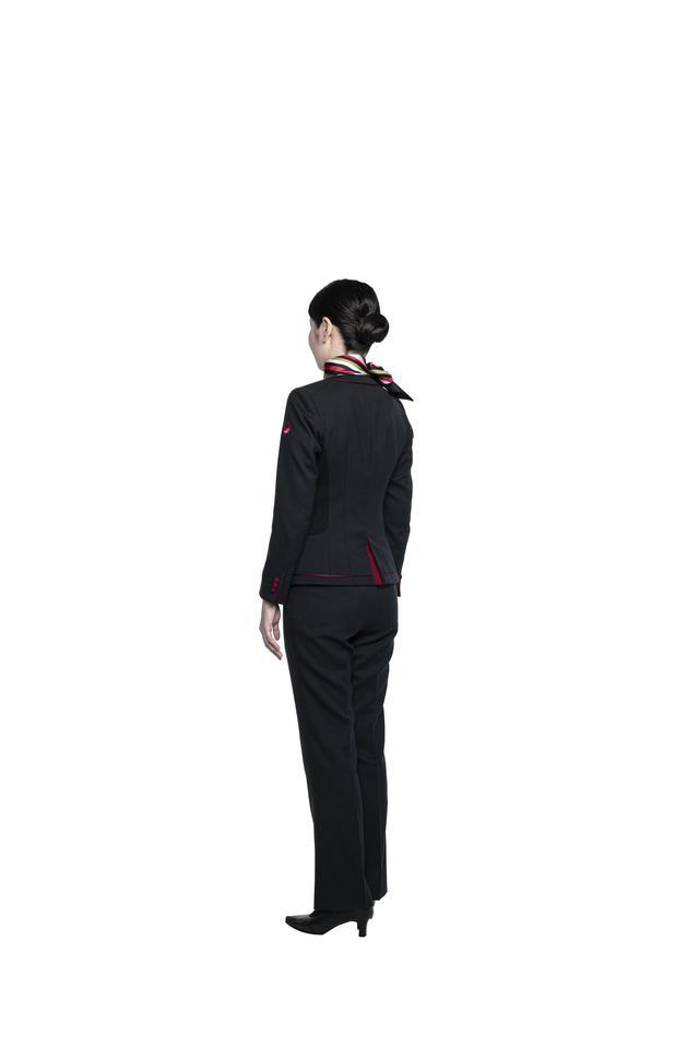 画像4: パンツスタイルも初採用。すべてが新しくなったJAL新制服の全貌を公開