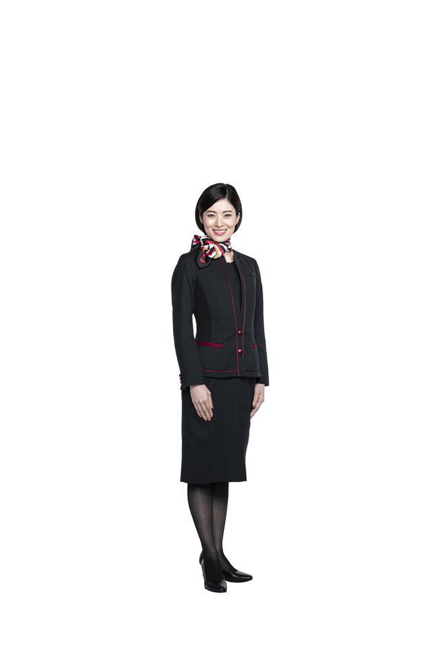 画像2: パンツスタイルも初採用。すべてが新しくなったJAL新制服の全貌を公開