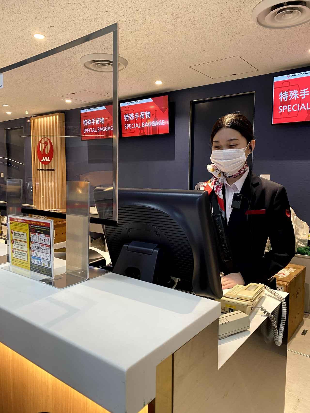 画像: ライフラインをつなぐために、空港内から機内まで感染対策を徹底しています