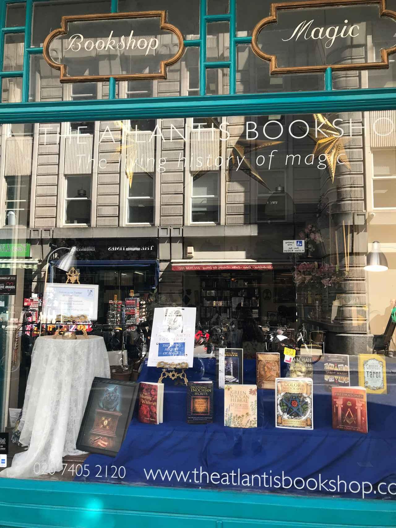 画像: 大英博物館前には、魔法専門書店も。この「アトランテイス」という書店には、鏡さんも長年通っているのだそう