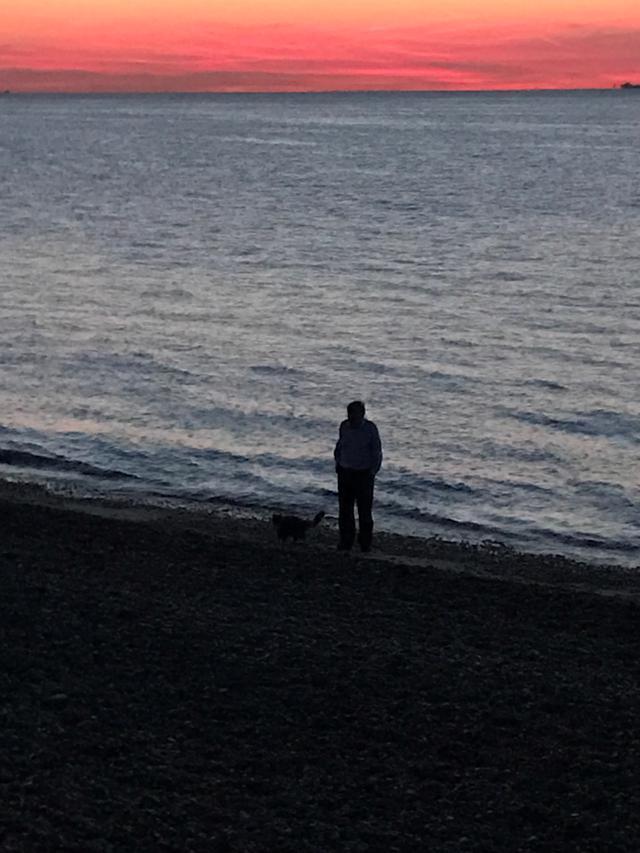 画像: イギリス南東部の海沿いの美しい夕陽と、鏡さんの「第二の家族」であるジェフリー・コーネリアス先生