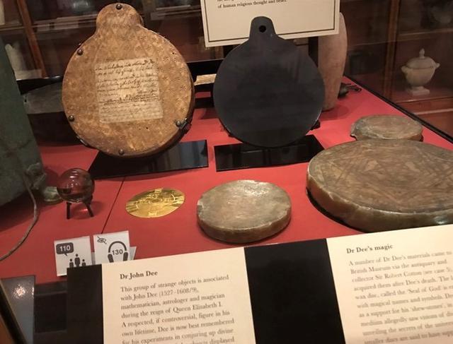 画像: 大英博物館に展示されている、ジョン・ディー博士の魔法道具(鏡リュウジさん撮影)