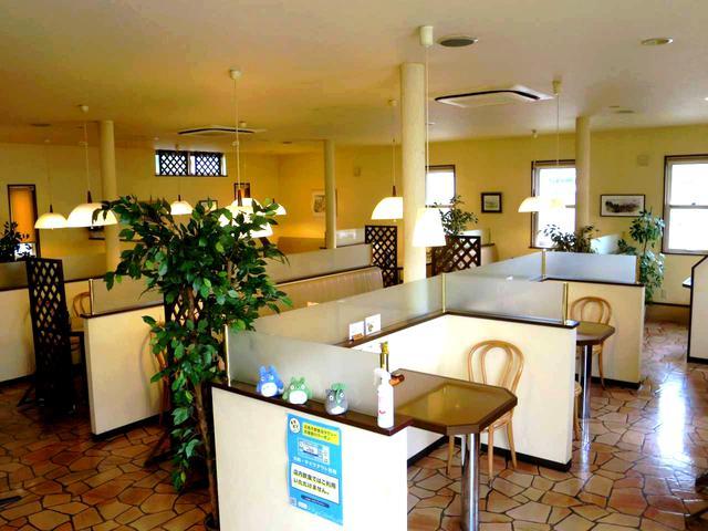 画像: ゆったりとした店内に約70席。テーブルも広めで、天井も高く、居心地も良い