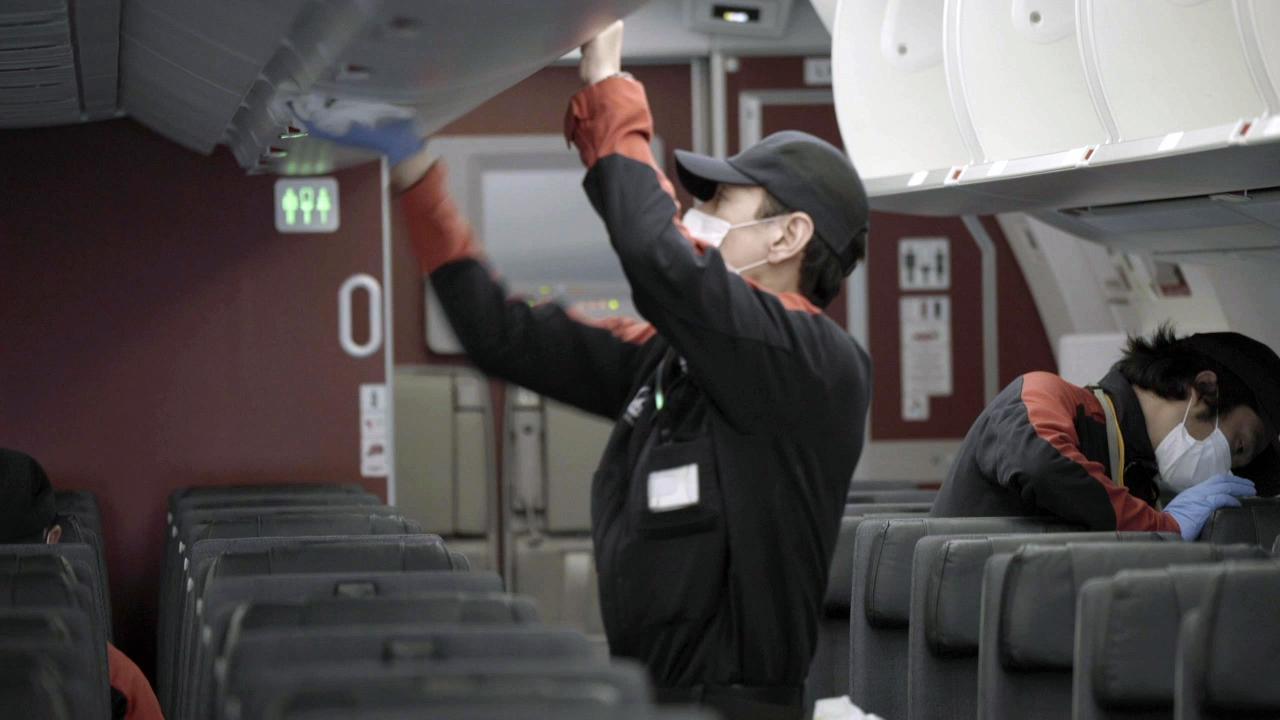 画像2: Q.どれだけ消毒していますか? 拭き残しなどがないか、不安です A.機内清掃担当チームが清掃作業とともに、隅々まで念入りに消毒しています