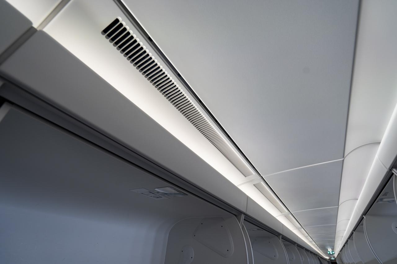 画像2: Q.機内の空気は清潔に保たれていますか? A.2~3分に一度、清浄フィルターを通してすべての空気が循環しています