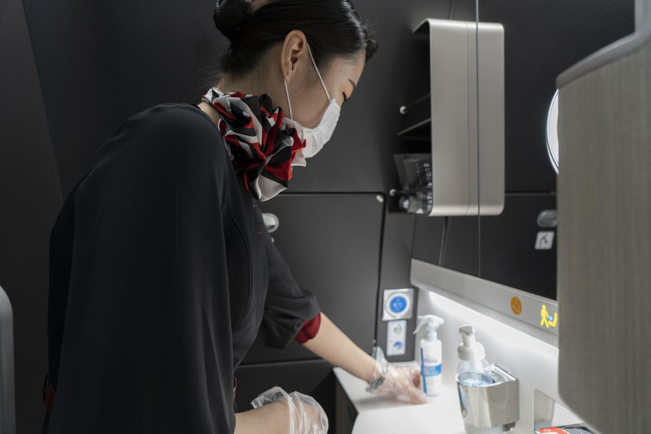 画像: Q.機内に除菌グッズはありますか? A.共用の除菌スプレーのほか、除菌シートをご用意しています