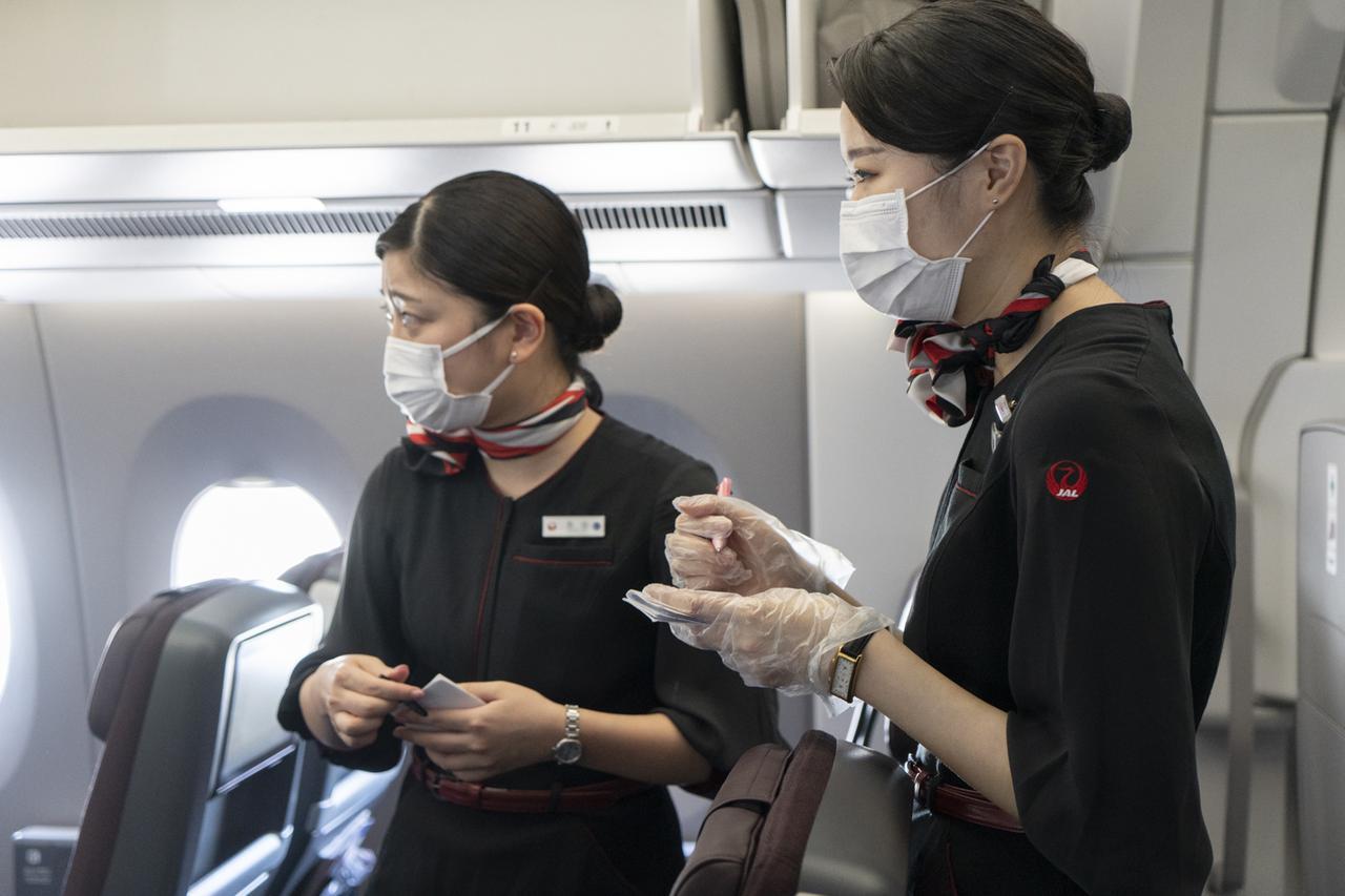 画像: Q.機内でマスクをしていない人がいないか、心配です A.客室乗務員もお客さまも、マスクの着用を原則とさせていただいております