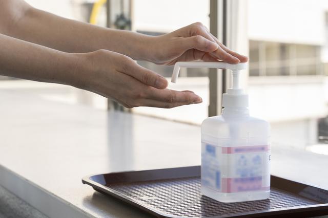 画像: Q. 空港内に消毒液は置いていますか? A.お客さまが手続きをするすべての場所に設置しています