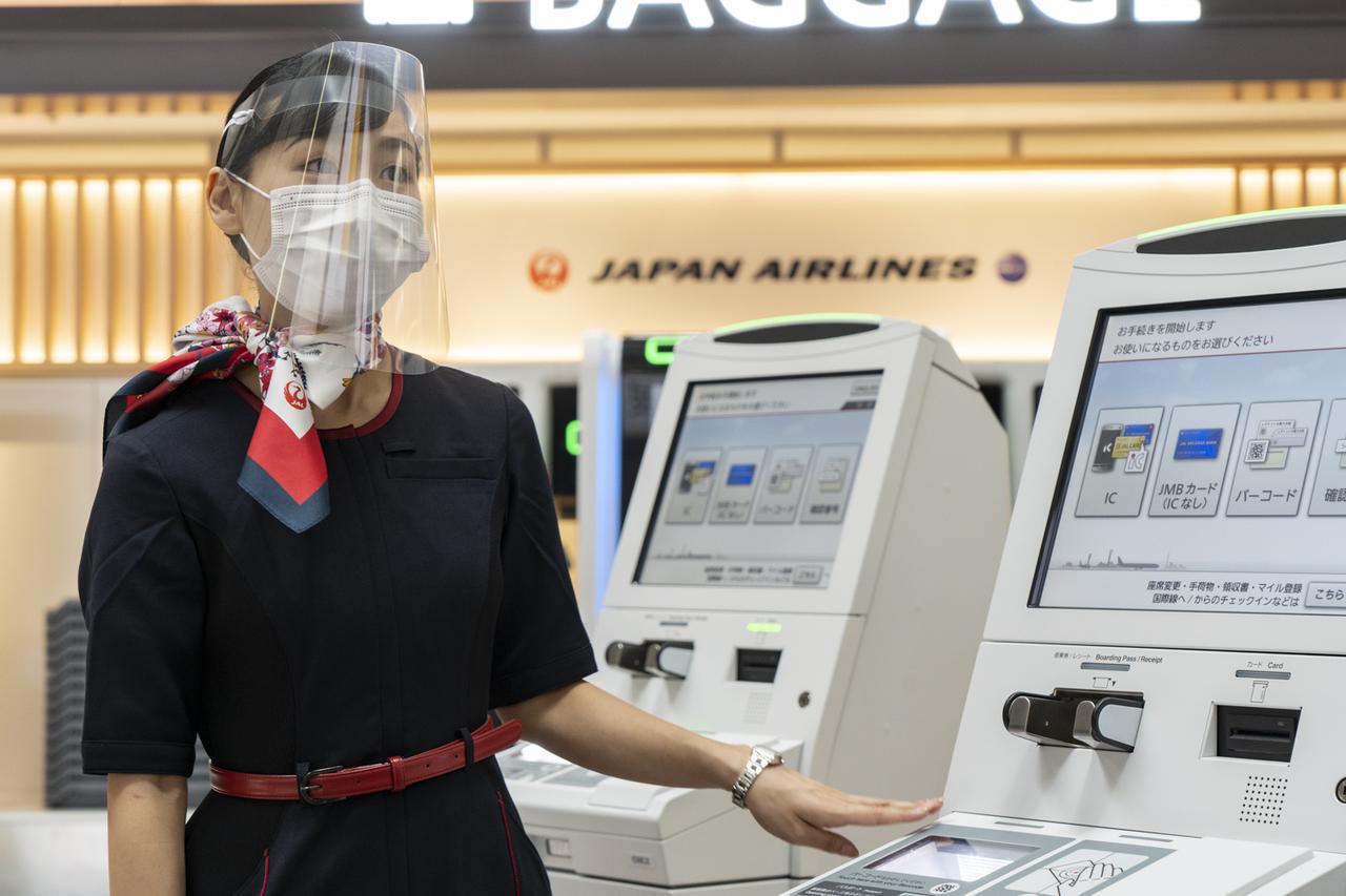 画像1: Q.チェックインから搭乗まで、スタッフと会話をするときが心配です A.自動チェックイン機のほか、さまざまな対策を講じています