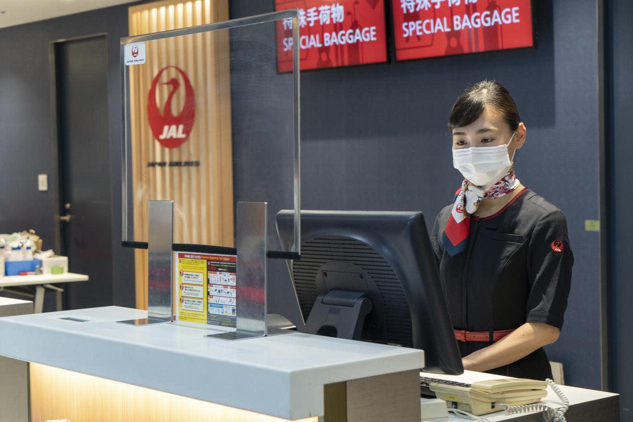 画像: Q. 各窓口で飛沫防止対策は行っていますか? A.すべてのカウンターに、JALの整備士特製のパーティションを設置しています