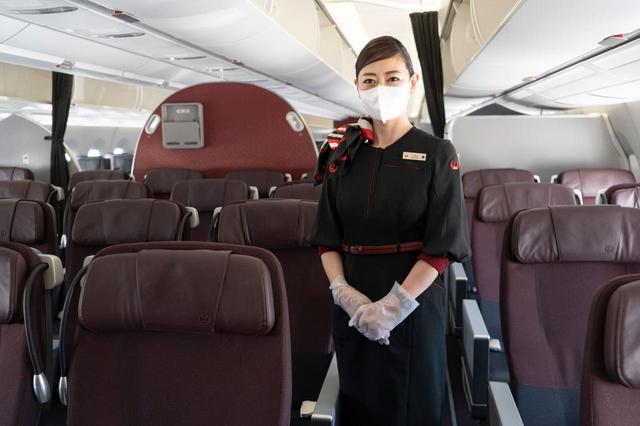 画像: 機内を消毒し、サービスにさまざまな工夫を。JAL機内の徹底した感染防止対策