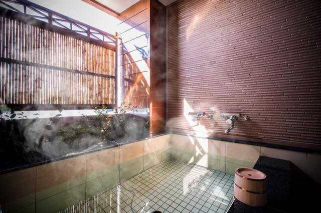 画像13: 部屋付きの露天風呂と窓辺の絶景を満喫。リトリートできる「おこもり旅」
