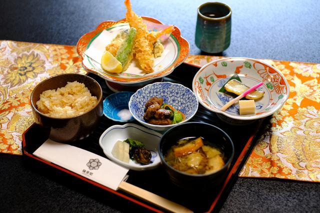 画像: 鍾景閣では仙台の伝統工芸「仙台箪笥」を使った料理を食べることが出来ます。まずはお昼から贅沢なお食事が運ばれてきました!