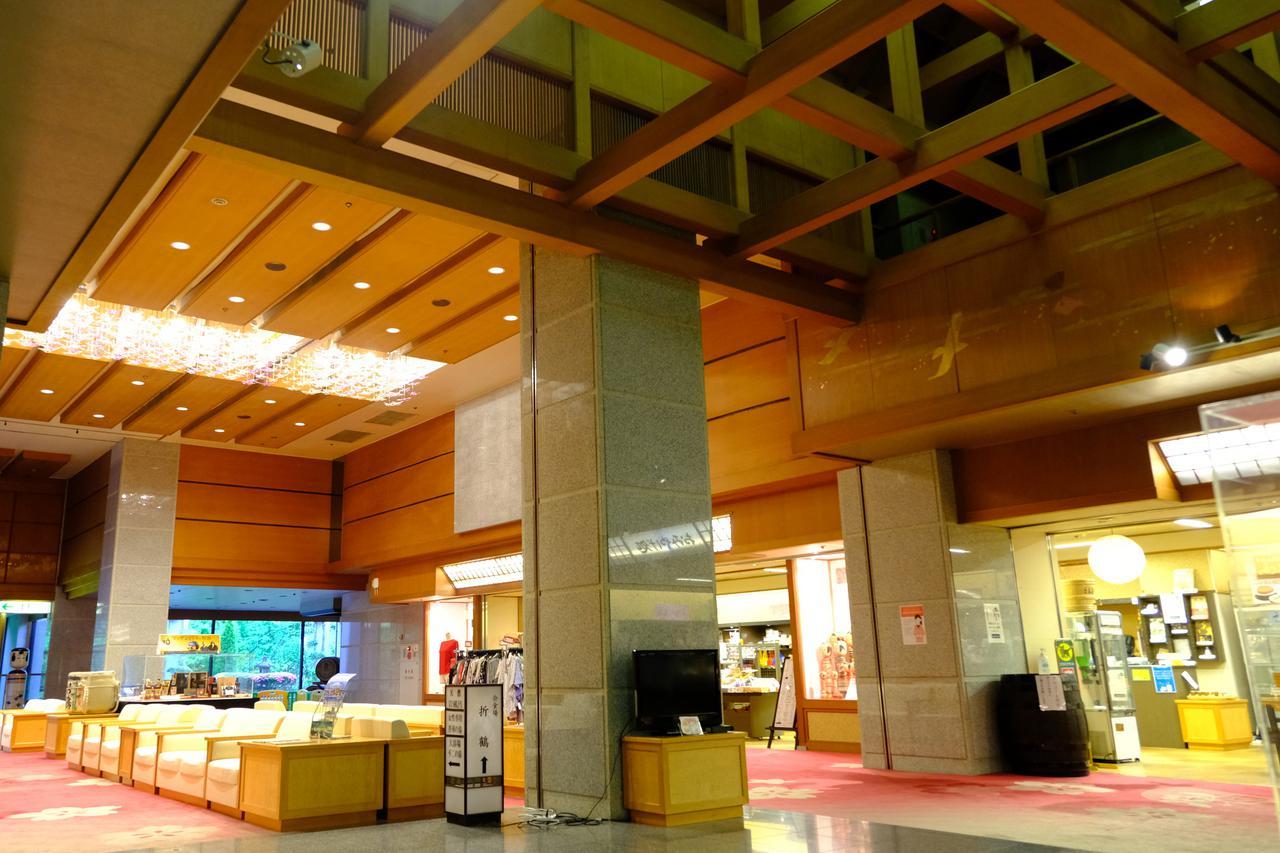 画像: 総部屋数91室の大きな温泉宿です。ロビーも広々として天井高です。