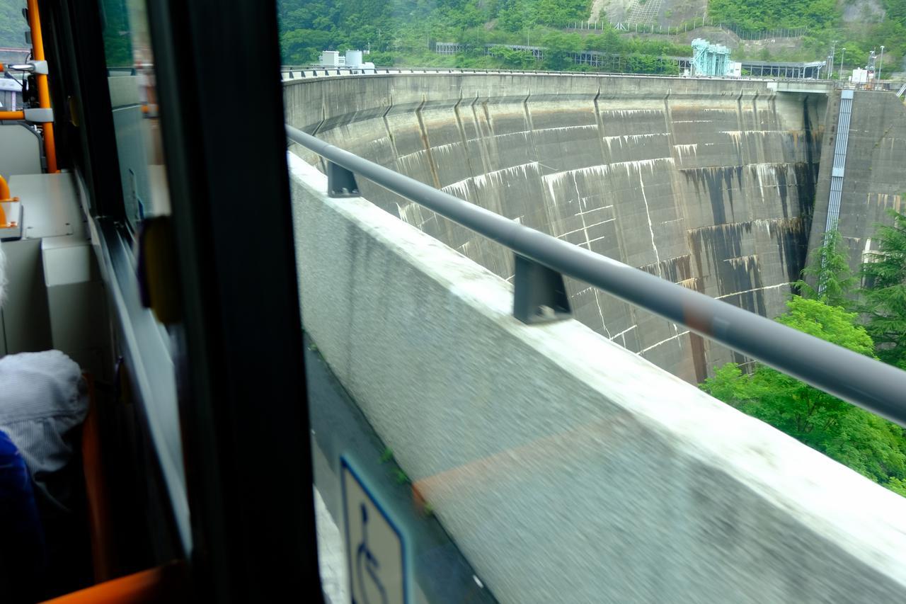 画像: 仙台は車で20分も走れば自然豊かな景色が広がります。定義山までの路線では、途中ダムの上を横切る山道で、緑いっぱいの行程でした。