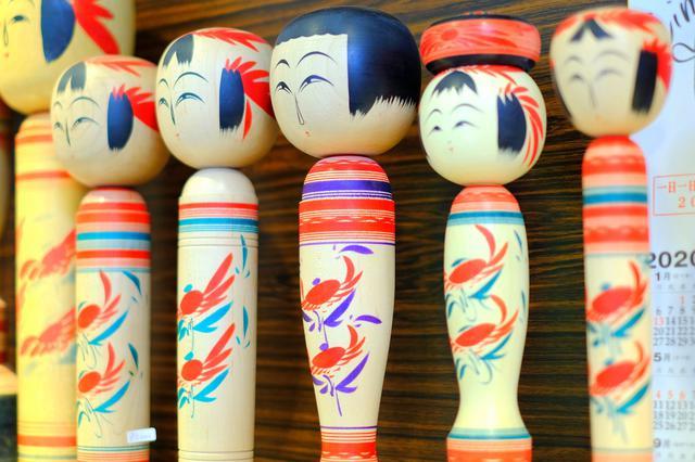 画像: お店には伝統的な作並こけしと創作こけしがありました。こけしは元々子供のおもちゃであったことから、握りやすい細い形が基本形です。