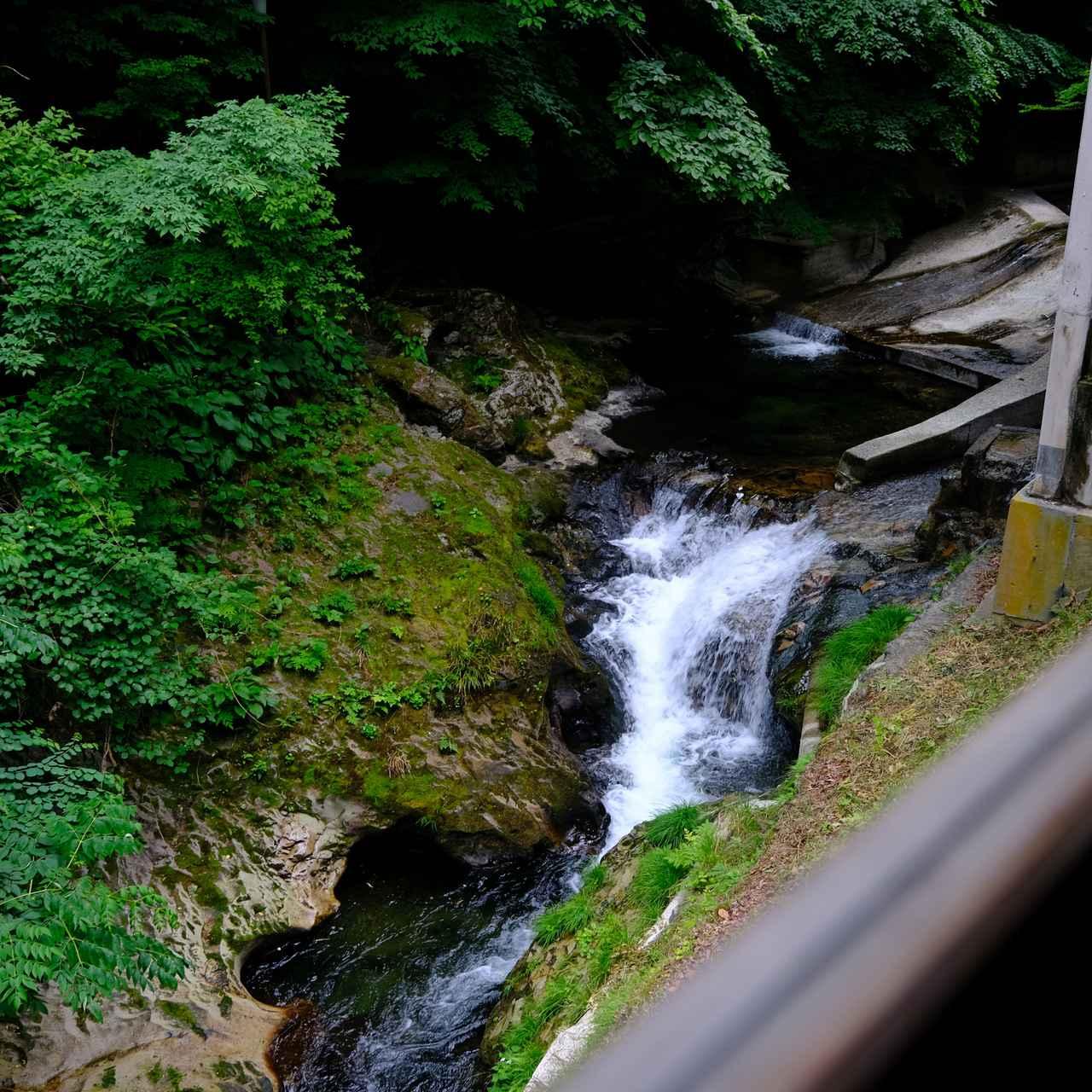 画像: 川のせせらぎが清々しい、岩松旅館。次はぜひ滞在してみたい!