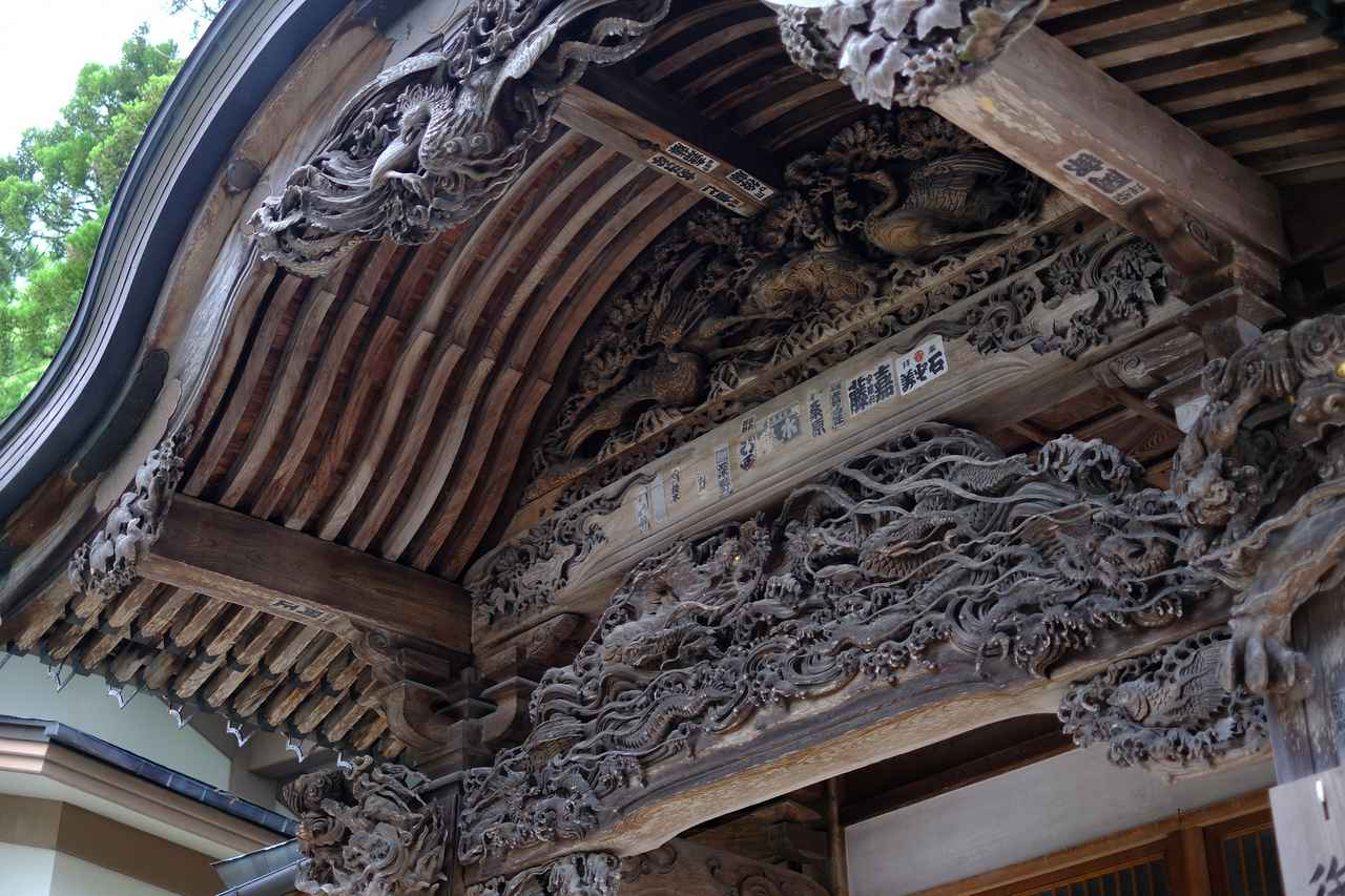 画像: 昭和2年、気仙大工により現在の姿になりました。正面の破風、内部には穏やかなほほ笑みの天女や十三菩薩の欄間など、見ごたえある彫刻が目を引きます。