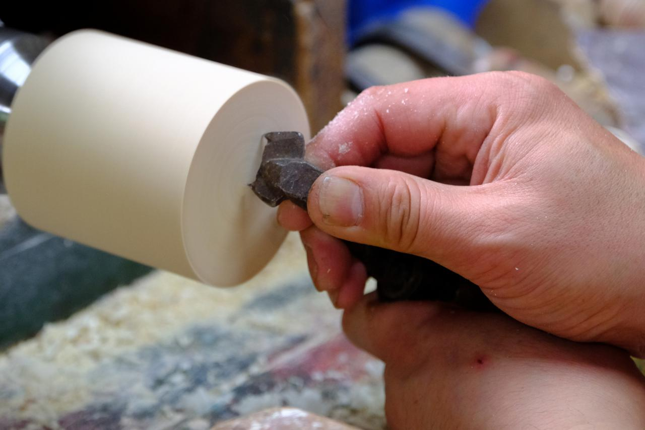 画像: 工具も手作りです。削った木くずを燃やし、その火で鉄を熱して打ち出し、自分の必要な形に整えていきます。