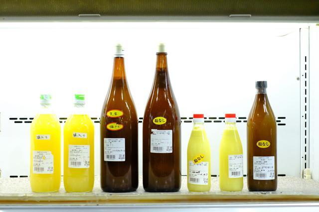 画像: こちらは「ゆのす(酢)」。地元で料理に使われる柚子果汁です。一升瓶で売られているのに驚きました。柚子の季節に果汁を絞りゆのすを作り、次の季節が来るまでに売り切るそう。これは冬に作られたゆのすです。