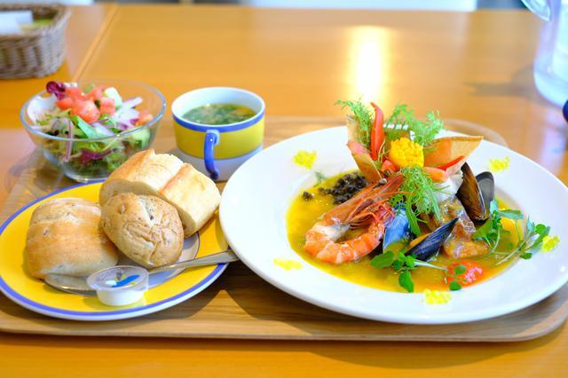 画像: お皿の上に咲く睡蓮をモチーフに、パプリカとトマトで作った花とふんだんな魚介。アトランティックサーモンには華やかな金銀のバルサミコ酢、オリーブオイルキャビアが添えられ煌びやかな一皿です。