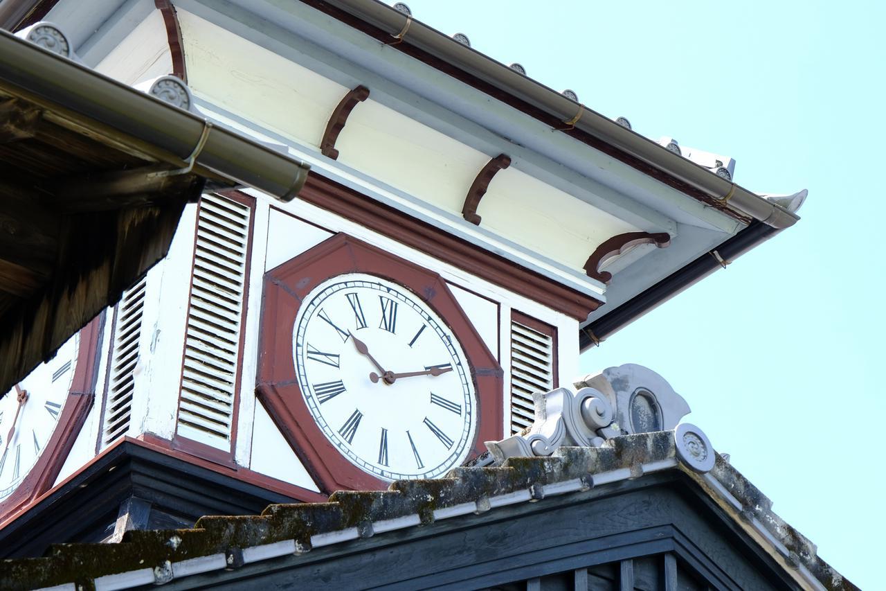 画像: 八角形の大きな時計。当時は西洋の文化を感じさせる、とても貴重なものでした。田畑で働く人たちに遠くまで時を知らせていた時代から120年、動き続けました。