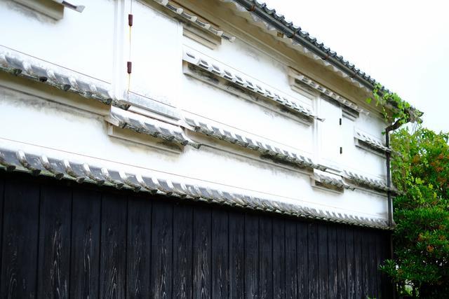 画像: 漆喰の壁に瓦を付けた「水切り瓦」。高知東部によく見られる建築構造です。漆喰壁に水が流れないよう瓦を庇にして水を切る、台風や雨が多い高知ならではの建築方法です。