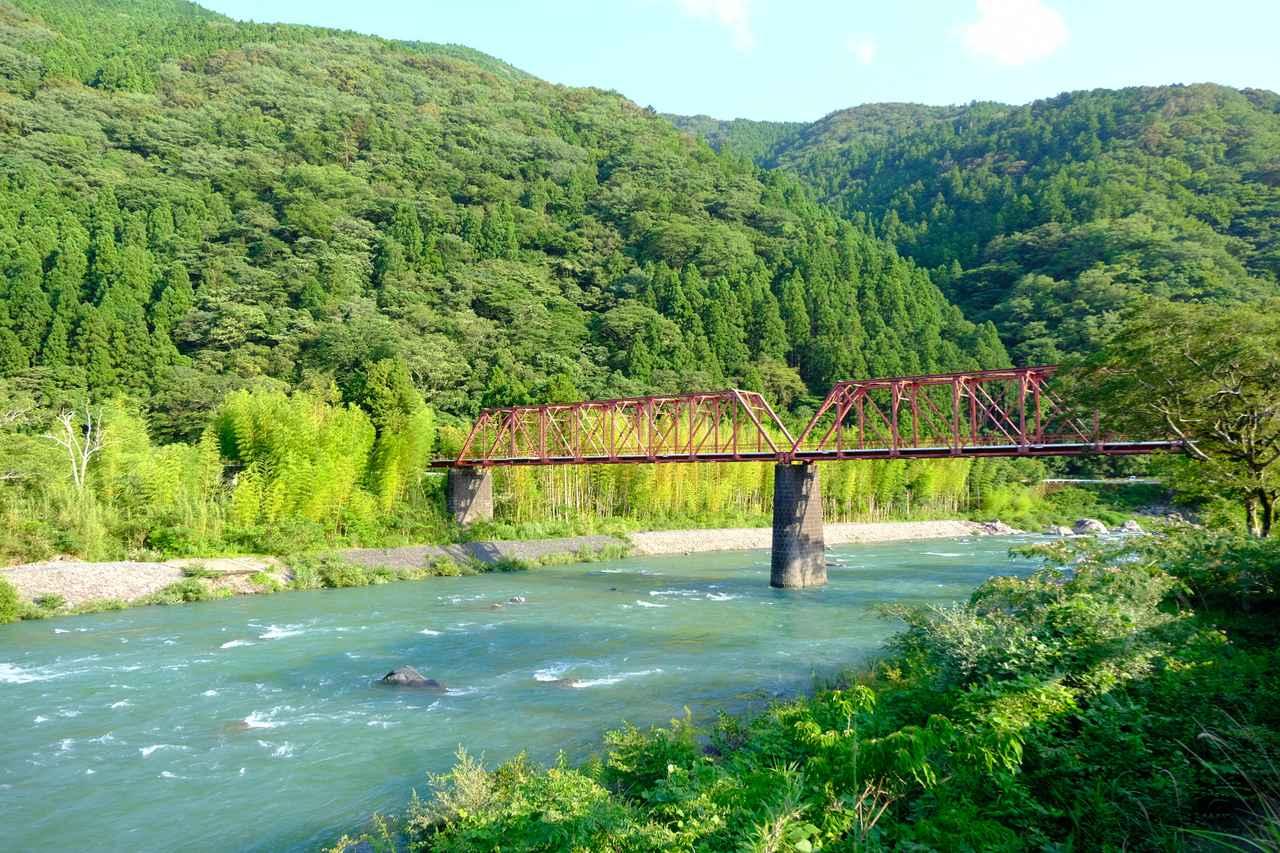 画像: 宿は奈半利川沿いにあり、川には1932(昭和7)年に造られた小島橋がかかっています。