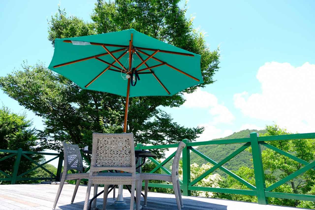 画像: 晴れた日は庭を眺めながらテラス席でのランチもいいですね。
