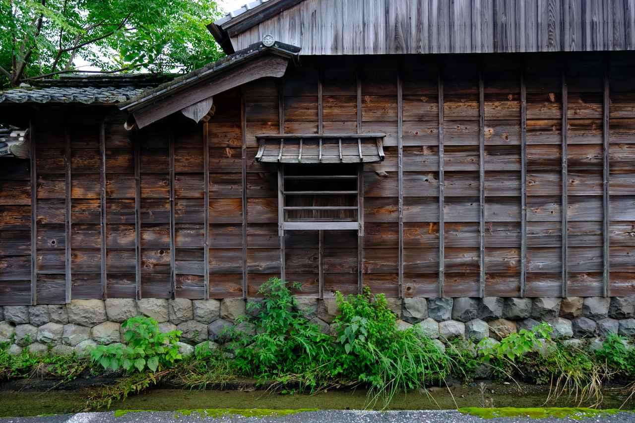 画像: 石垣の上に建つ古い木造の建物。特に観光地として名がついていない場所でも立ち止まってしまうような、昔の風景が残っています。