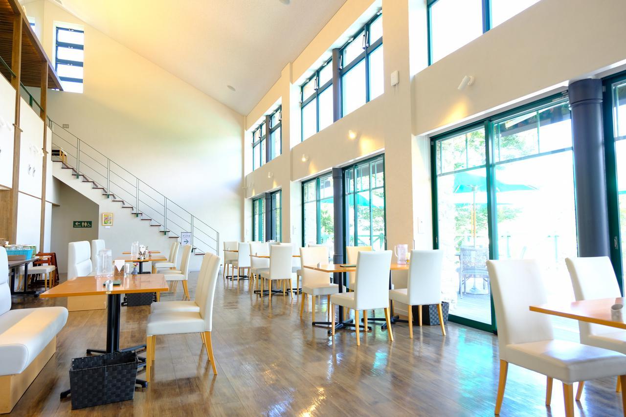 画像: モネの庭内「レストラン モネの家」でランチをいただきます。窓から差し込む陽射しが明るいレストランです。
