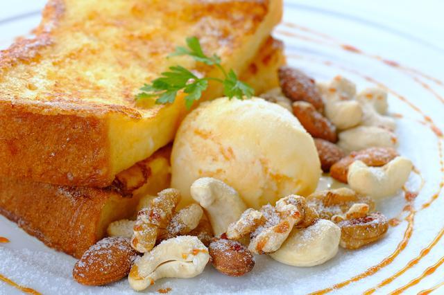 画像: キャラメルソースがかかったフレンチトーストは、ナッツがたっぷり、ボリュームもしっかり!