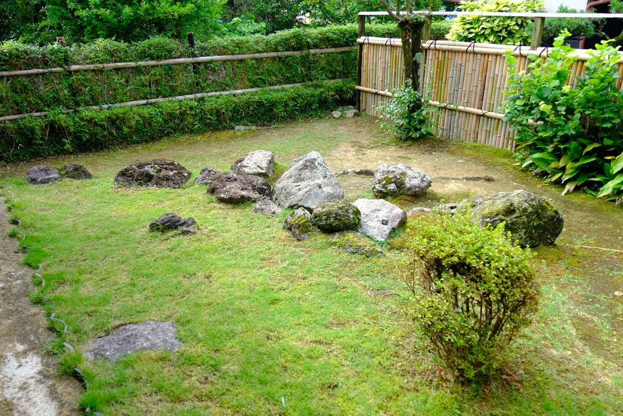 画像: 彌太郎は庭に日本列島の形を石で組み、「日本はわが庭の内にあり。」と言って幼少期から大きく羽ばたきたいという夢を抱いていたと伝えられます。写真は日本海側から見た形となります。