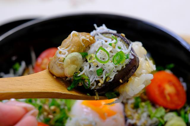 画像: ネギやごま、ミョウガ、しそ。薬味たっぷりでさわやかな風味。人気の丼なのがよくわかりました!