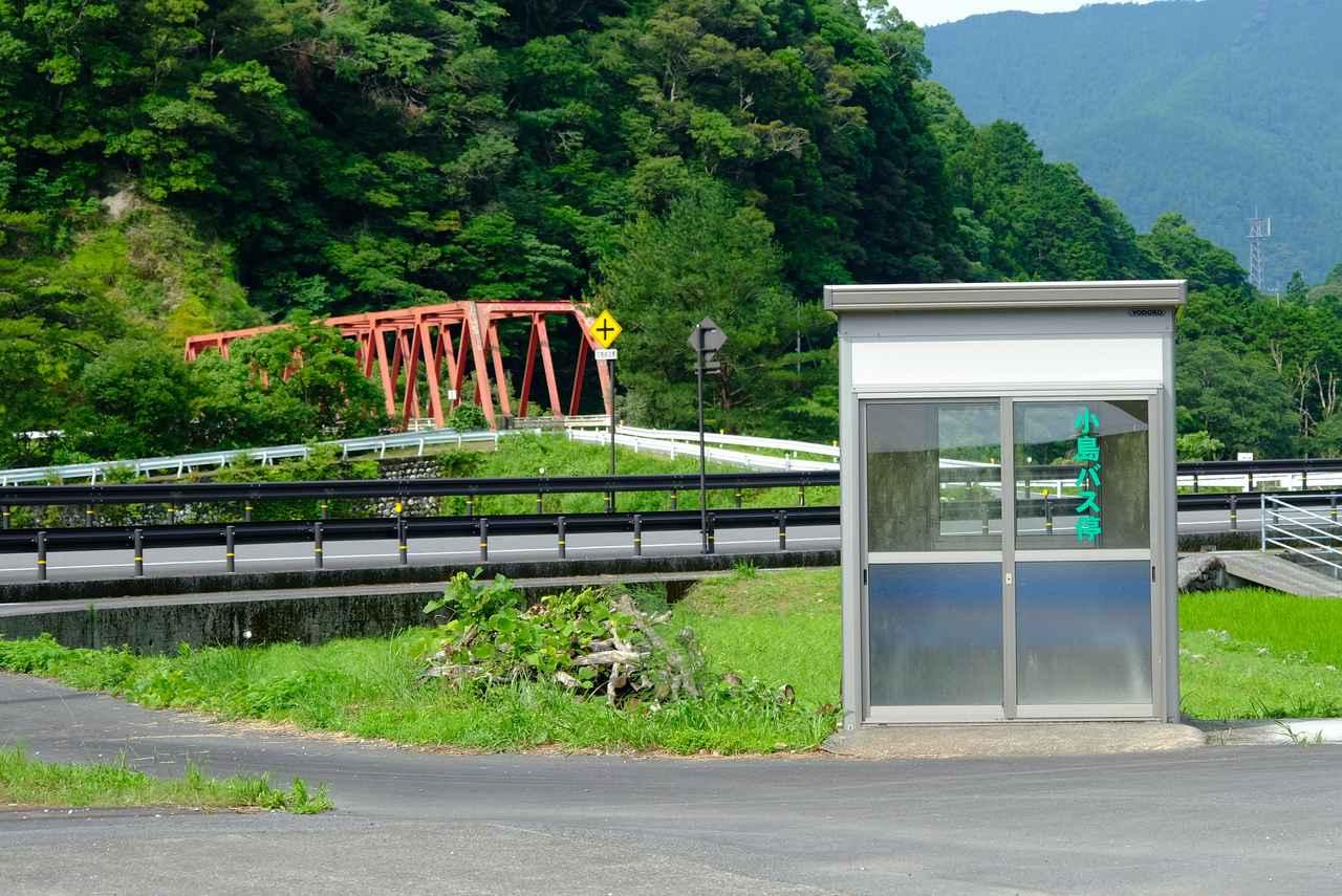 画像: 降ろしてもらったところにはかわいいバス停とのどかな風景がありました。