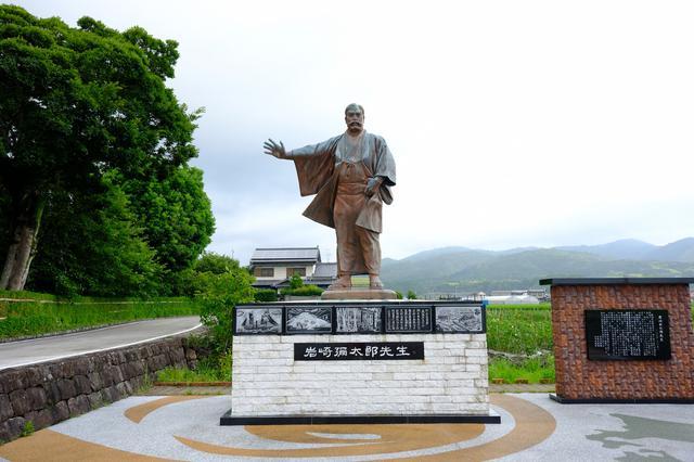画像: 武家屋敷から田園風景の中をさらに10分ほど走ると「岩崎彌太郎生家」へと到着します。大きな銅像が迎えてくれました。三菱グループ創業者である岩崎彌太郎は、海運業で大成功をおさめ三菱財閥の礎を築きました。