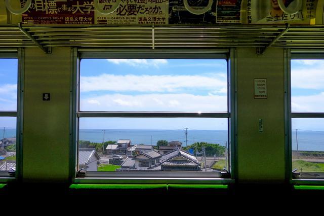 画像: 今回の旅は「土佐くろしお鉄道 ごめん・なはり線(以下ご・な線)」で巡るひがしこうちの旅。海岸線を走る電車で、車窓から高知の海が見える気持ちのいい鉄道です。