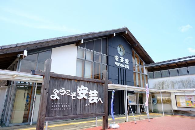 画像: 安芸駅から直結の産直市場「安芸市ぢばさん市場」。地域の農産物や日本酒、柚子商品などが揃います。