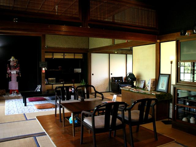 画像: オーナー&スタッフが時間をかけて自ら改装。畳敷きの和の空間に古き良き昭和が残る
